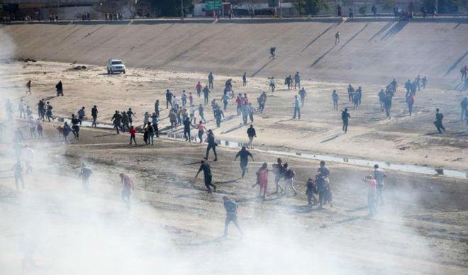 La Policía de EEUU repele con gas lacrimógeno a unos 500 migrantes de la caravana por tratar de cruzar la frontera en Tijuana